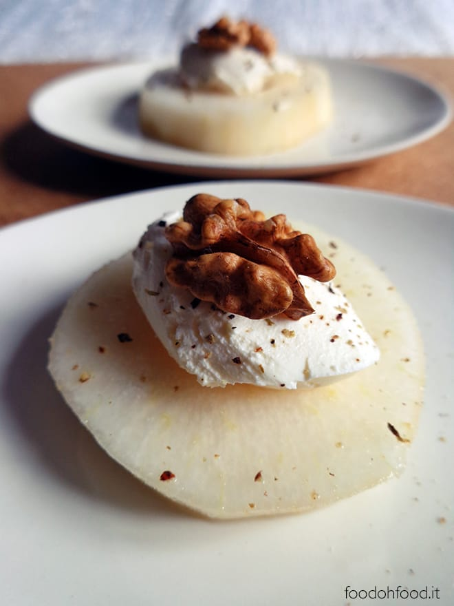 Easy and chic appetizer with pear, mascarpone cheese and nuts