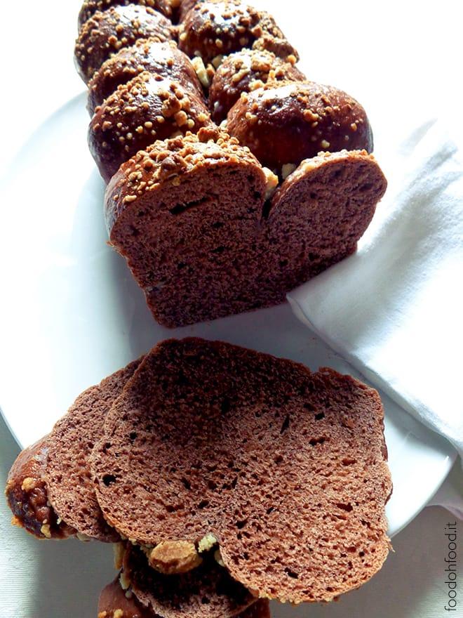Dark cocoa brioche with white chocolate chips