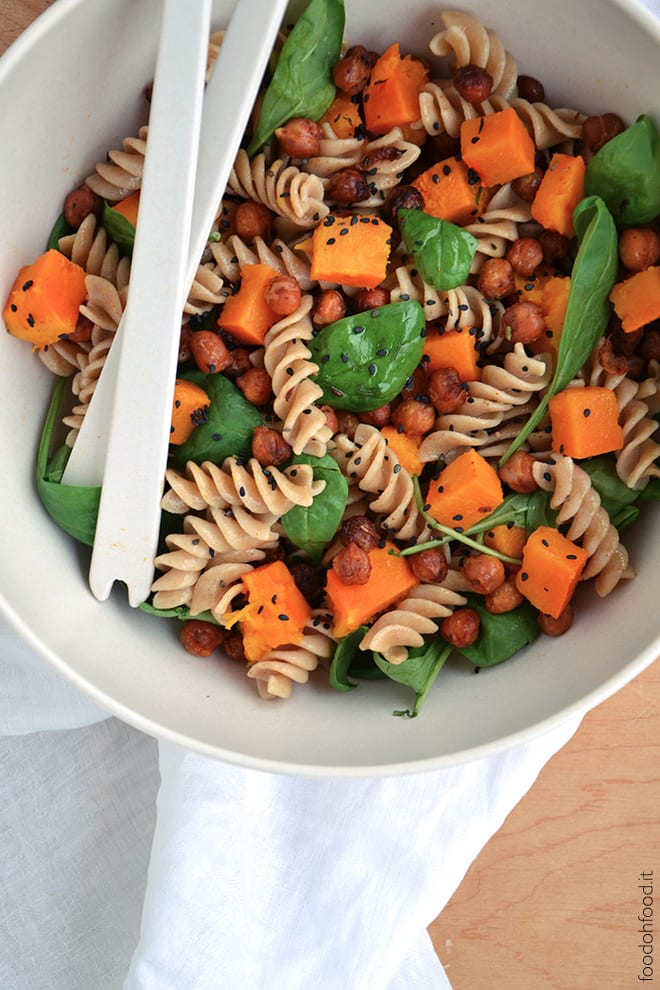 Wholemeal pasta salad with toasted chickpeas and pumpkin