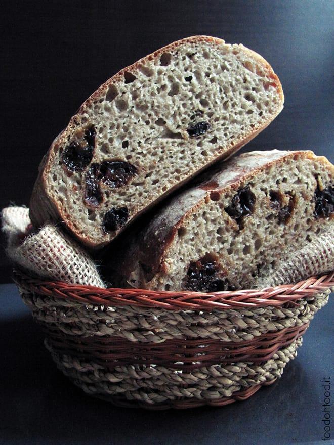 Pane di segale e prugne secche a lievitazione naturale