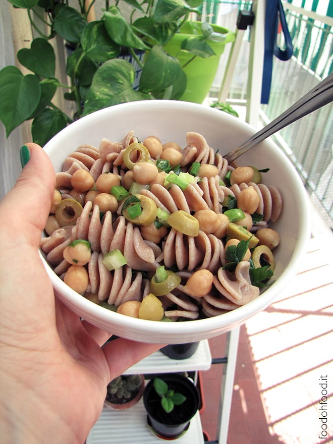 Spelt pasta salad with chickpeas and green olives