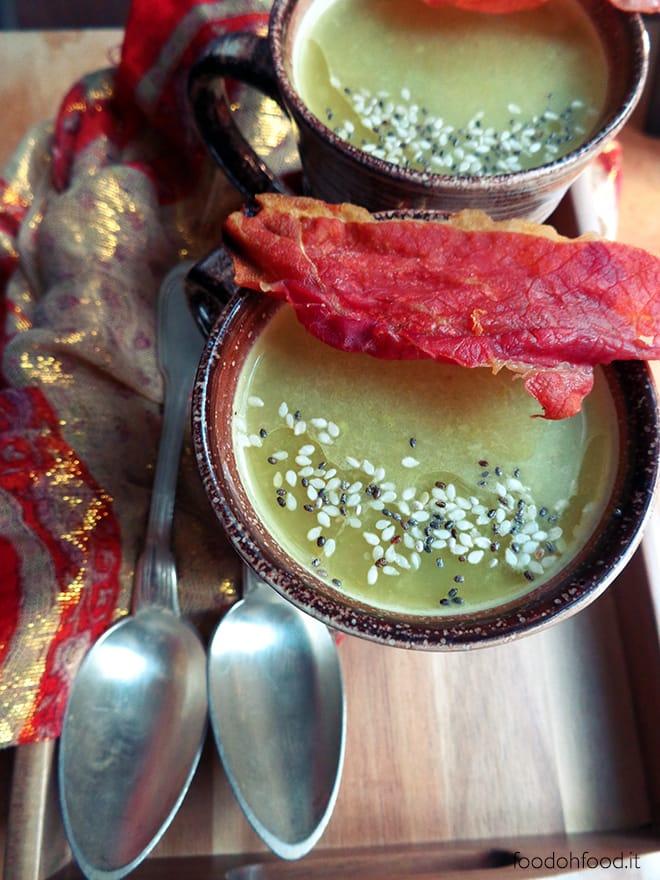 Zuppa di asparagi con il prosciutto croccante