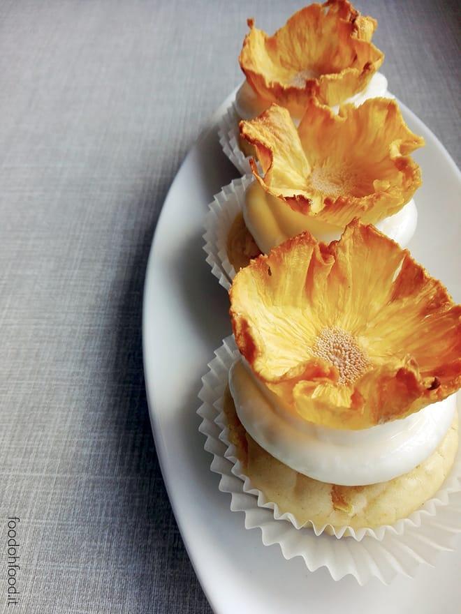 Cupcake con l'ananas fresco, frosting di Philadelphia e fiori d'ananas