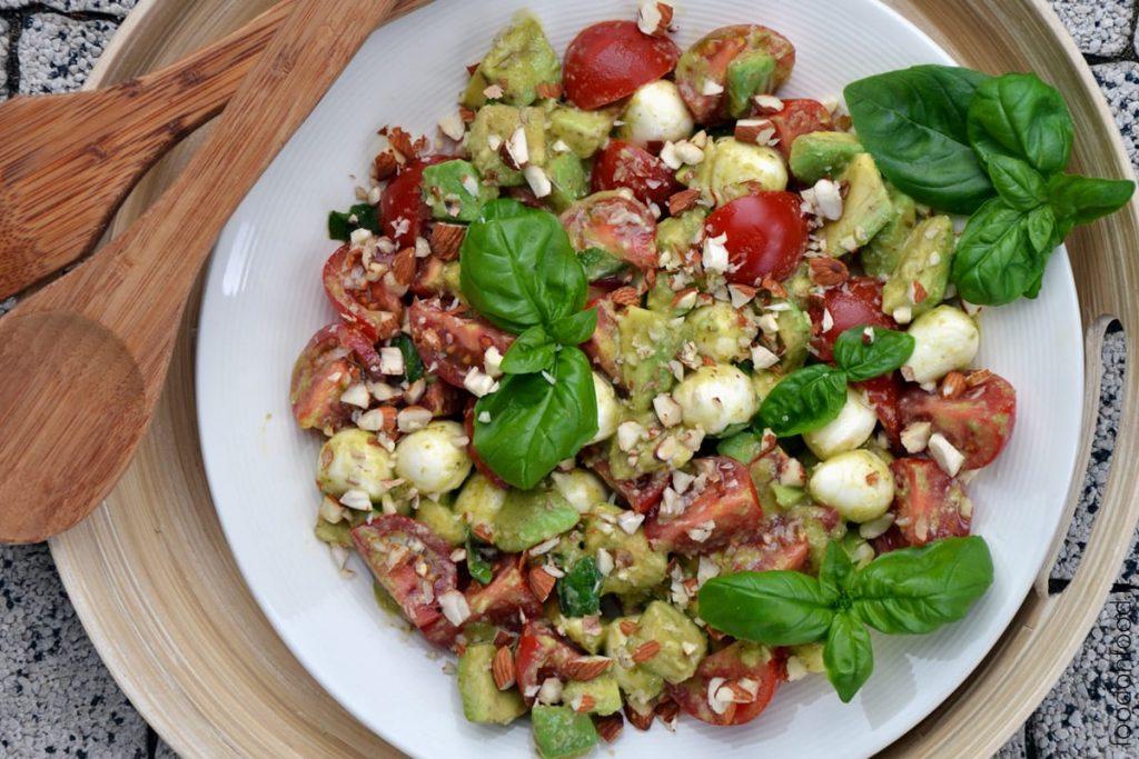 Insalata con avocado, pomodori e sfiziosa salsa al pesto