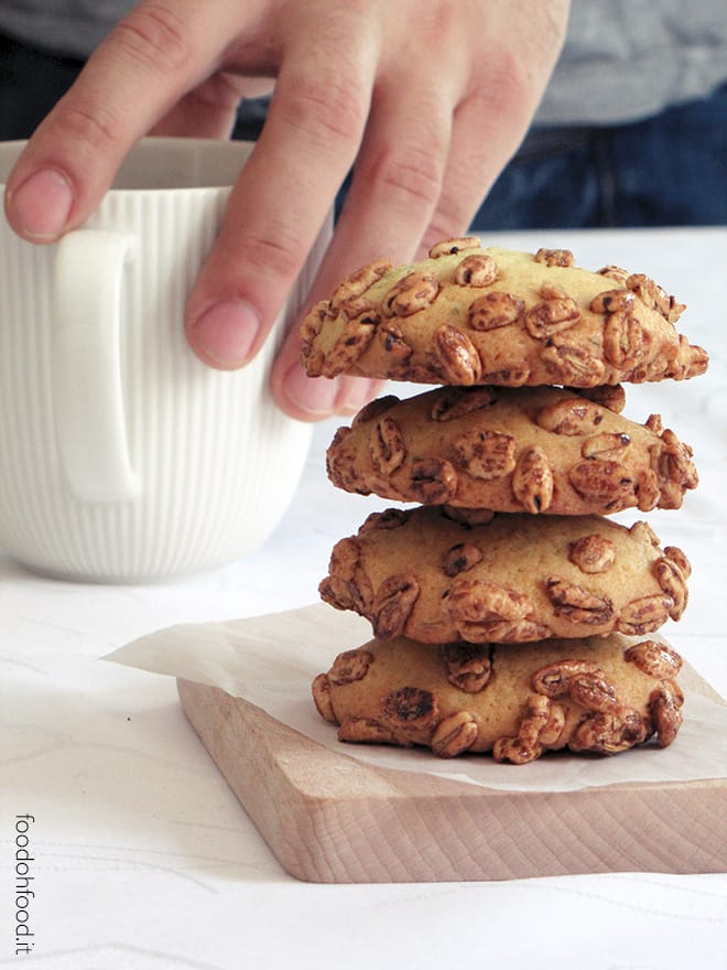 Cookies with puffed cereals, fennel seeds and rosemary