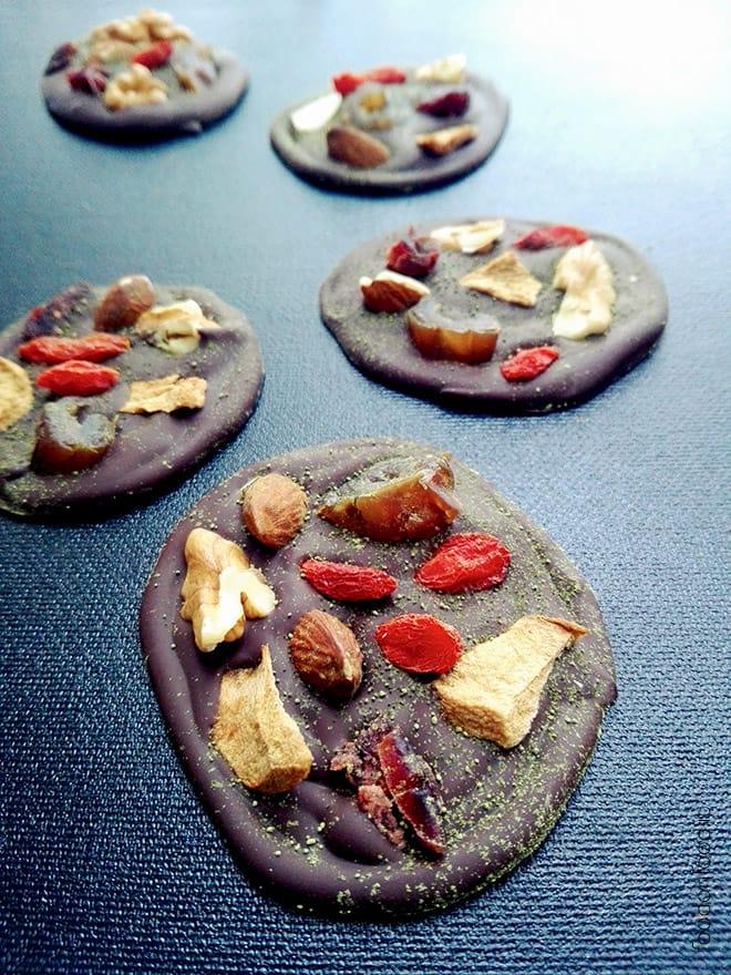 Cioccolatini salutari con frutta secca, noci e matcha