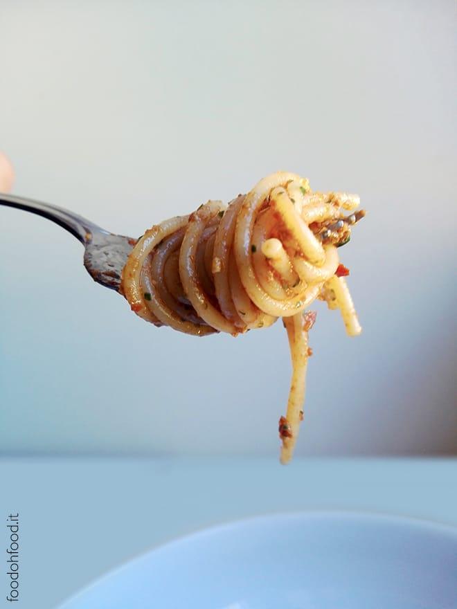 Spaghetti con pesto di pomodori secchi, noci e limone